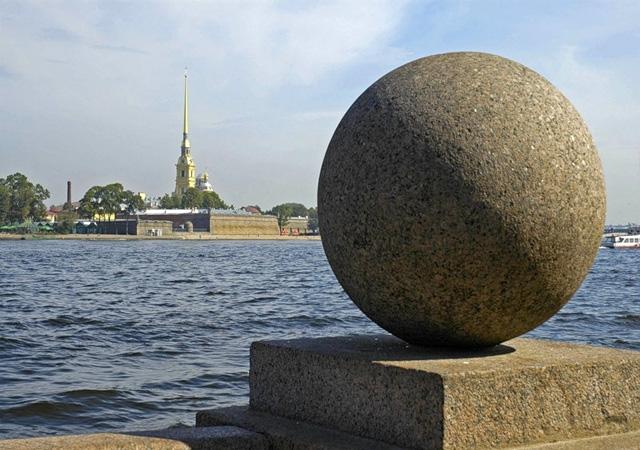 Гранитный шар на набережной Невы в Санкт-Петербурге