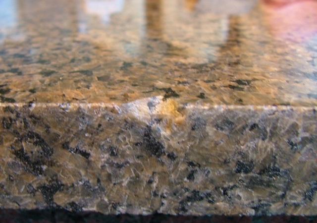 Частое место образования сколов - ребро гранитной плиты