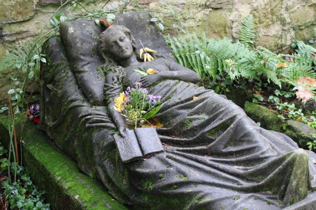 Скульптура из мрамора на могиле