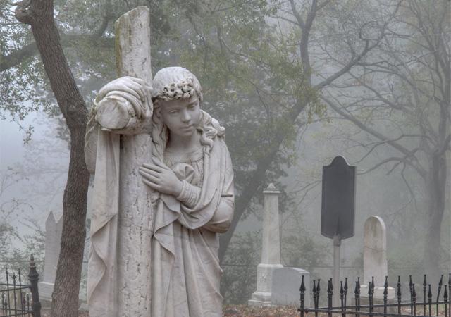 Мраморное изваяние на средневековом кладбище