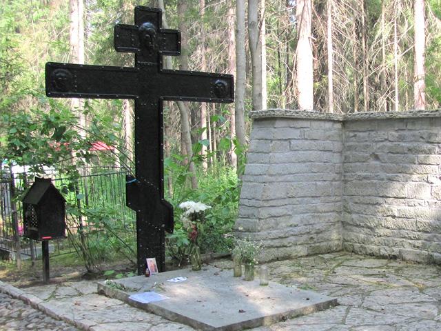 Кованый крест на могиле Анны Ахматовой: не любой железный памятник нуждается в покраске