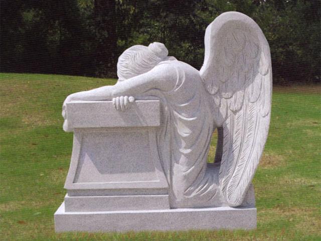 Надгробие из мрамора с фигурой ангела