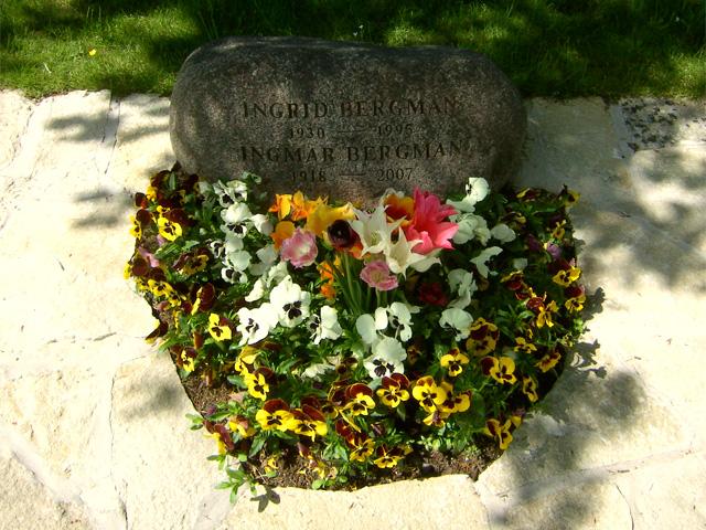 Оригинальный цветник на могиле Ингмара и Ингрид Бергман