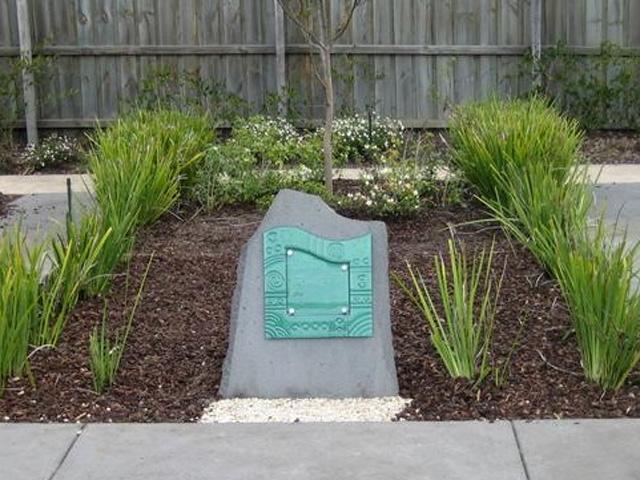 Памятник со стеклянной табличкой индивидуального дизайна