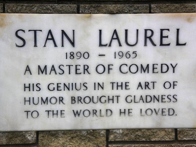 """Эпитафия на могиле С. Лорела, выдающегося комика: """"Его гений в искусстве юмора приносил радость в мир, который он любил"""""""