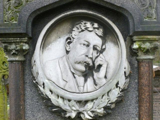 Мраморная табличка с горельефом на викторианском гранитном памятнике