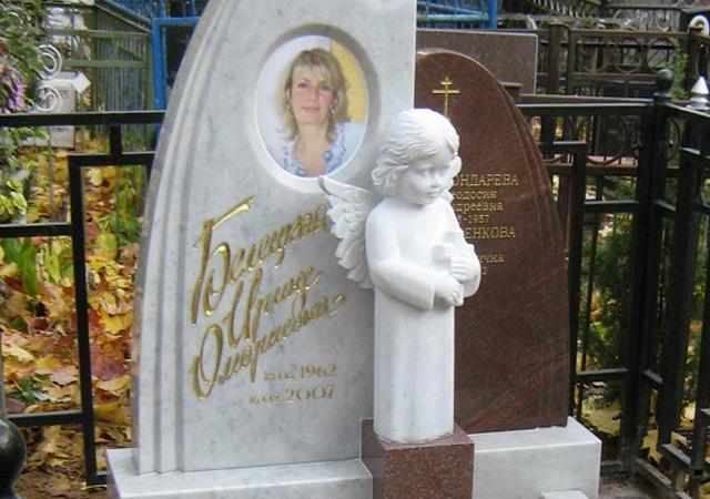 Фото на памятнике, выполненное с помощью фотокерамики
