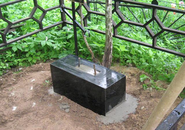 Постамент памятника из полимергранита, заполненный цементом