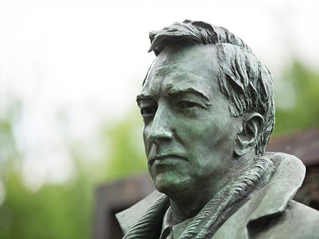 Бронзовая скульптура на могиле Вячеслава Тихонова на Новодевичьем кладбище: патина ничуть её не портит