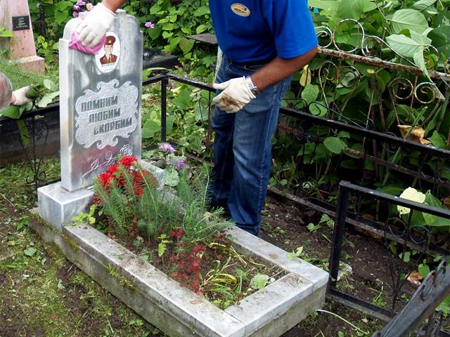 Типовое расположение цветника перед стелой надгробия