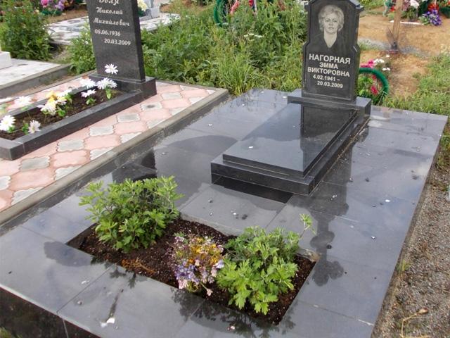 Цветник в изножии могилы