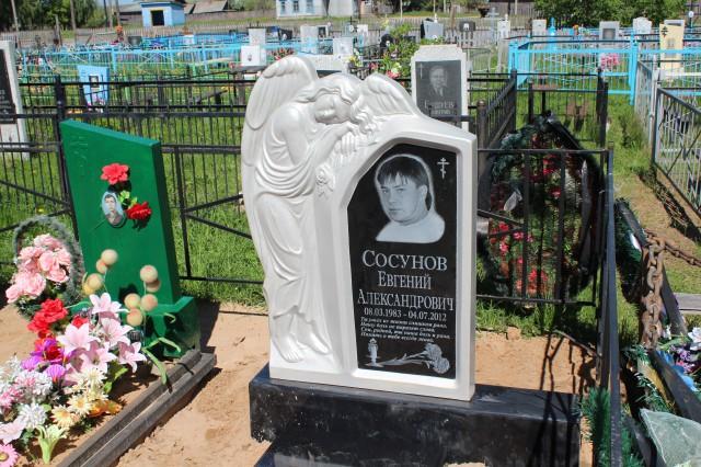 """Двухцветный памятник из литьевого мрамора (фото предоставлено компанией """"Ритуальная мастерская"""")"""