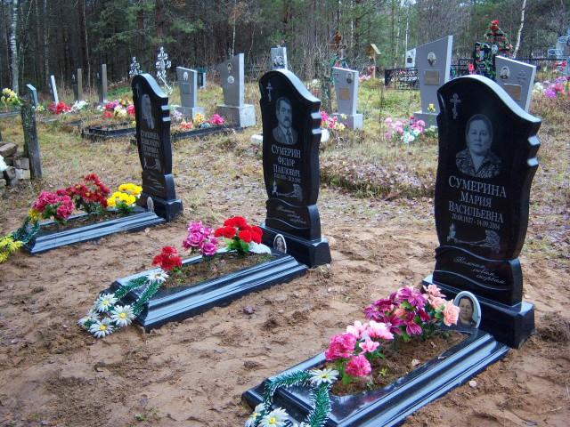 """Семейное захоронение с постаментами из литьевого мрамора (фото предоставлено компанией """"Ритуальная мастерская"""")"""