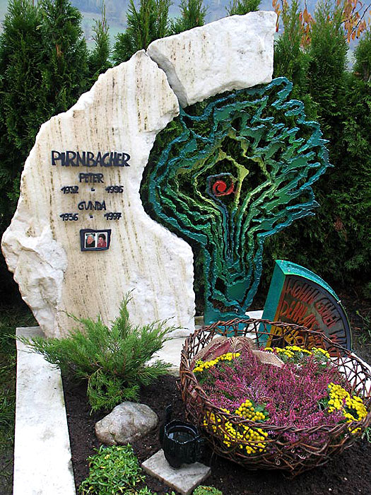 Памятник с абстрактным деревом