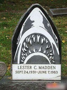 Памятник с акулой