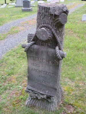 Памятник в виде древесного ствола с баннером