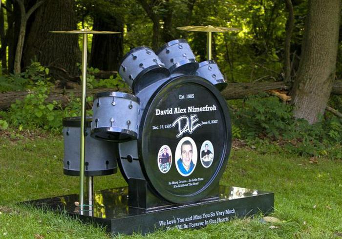 Памятник в виде барабанной установки