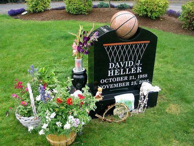 Памятник в форме баскетбольного мяча и корзины