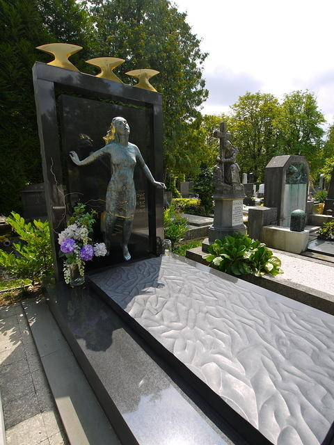 Памятник с бегущей девушкой