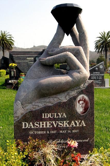 Памятник в виде руки с бриллиантом
