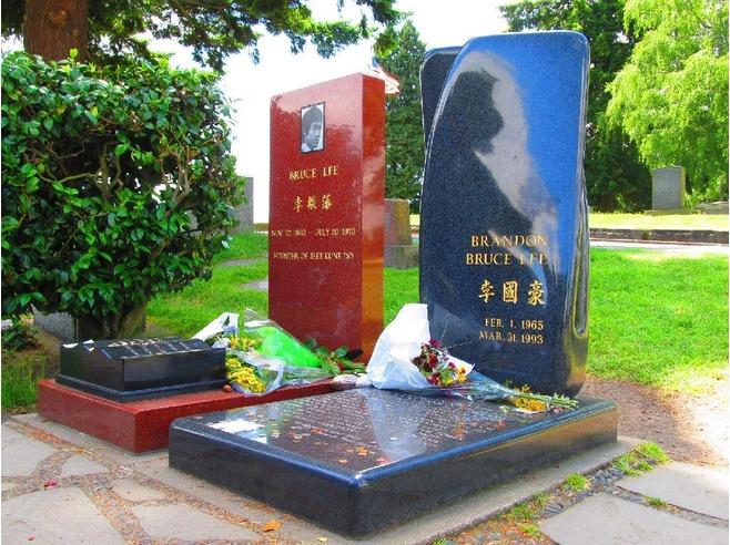 Памятники Брюсу и Брэндону Ли