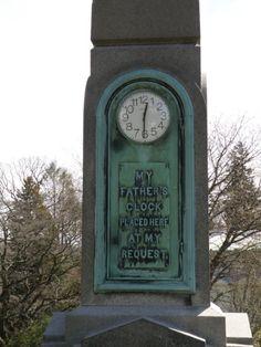 Часы на памятнике