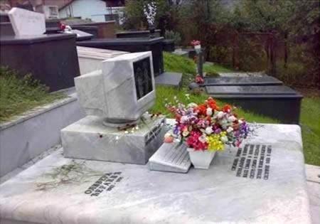 Памятник в виде компьютера