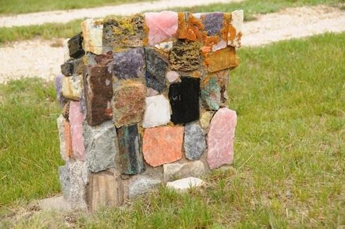 Памятник из цветных каменных плит