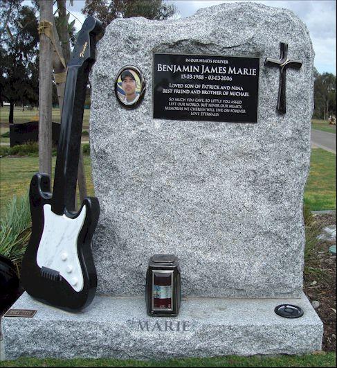 Памятник с гитарой Fender