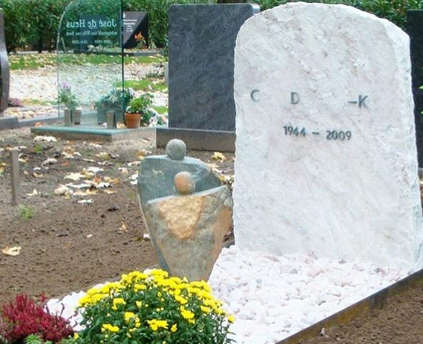 Памятник с фигурами людей