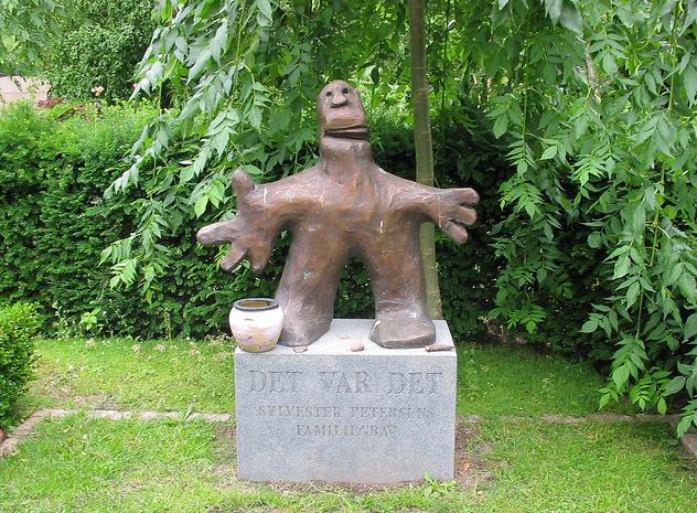 Памятник с человеком из глины