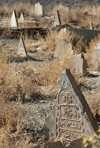 Старое надгробие в Иране