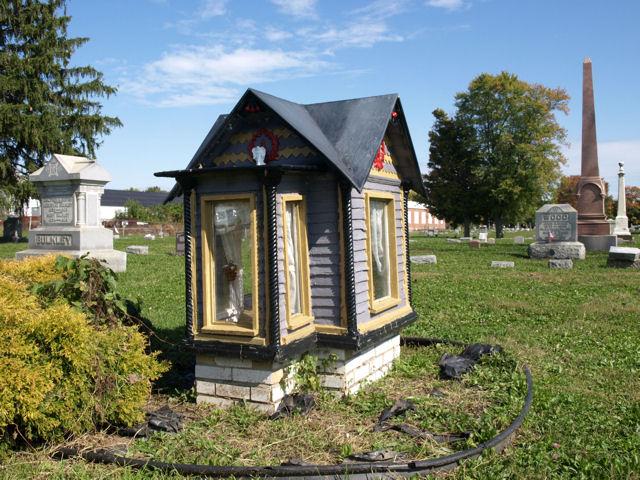 Памятник с деревянным домиком