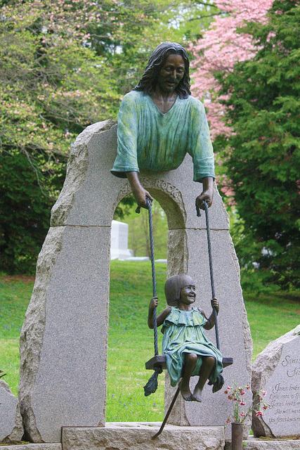 Памятник с Иисусом и ребёнком