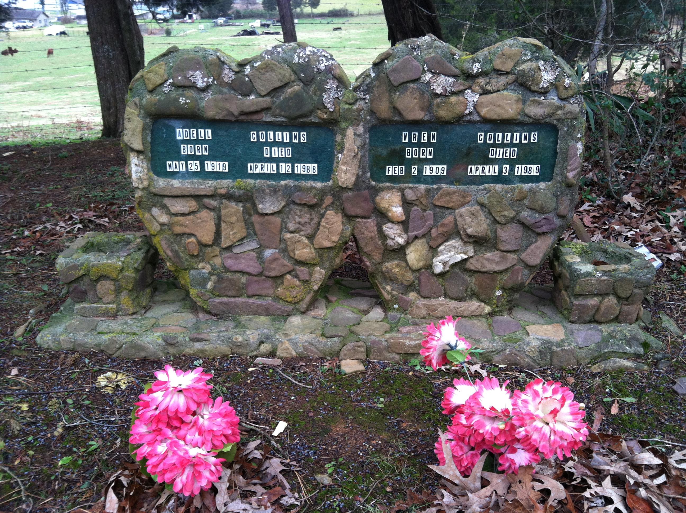Памятник в виде сердец из осколков камней