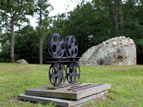 Памятник с бобинами киноплёнки