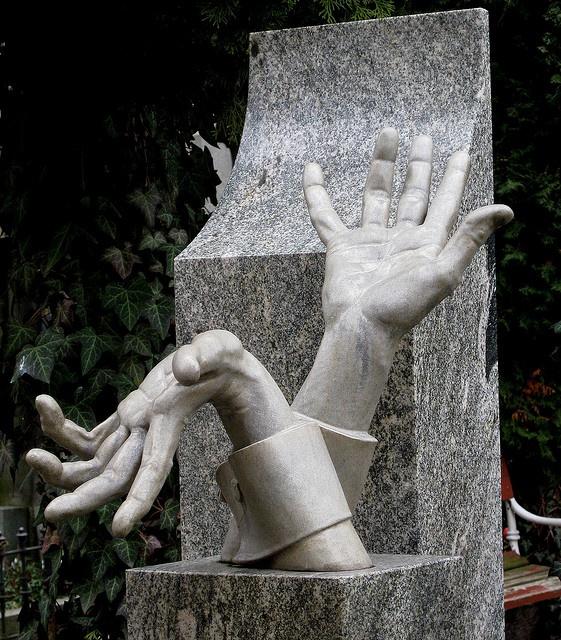 Памятник с ладонями