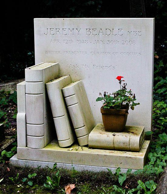 Памятник в виде полки с книгами