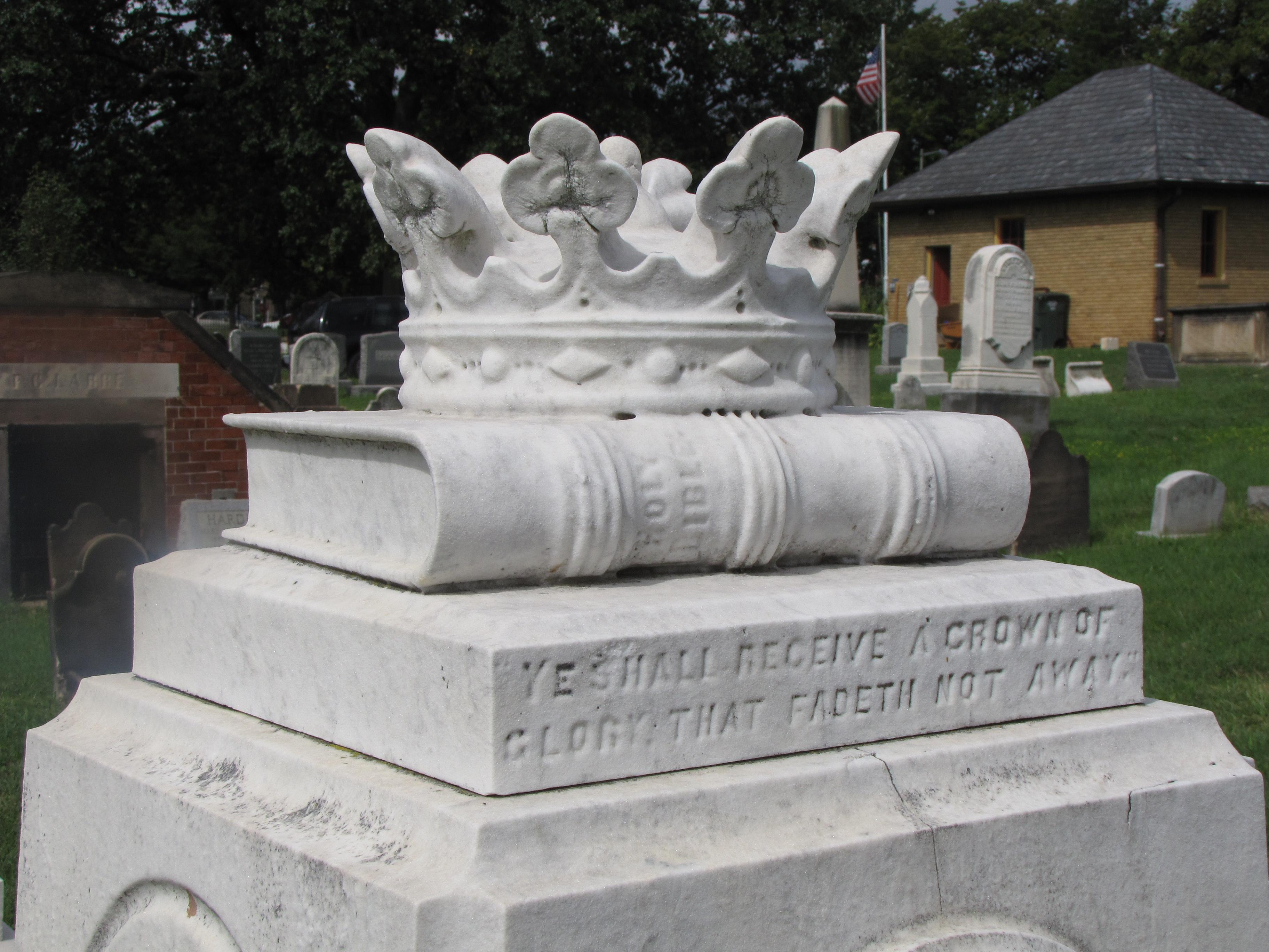 Памятник с короной