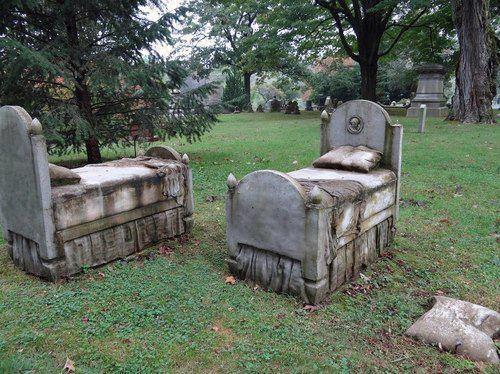 Памятник в виде кровати