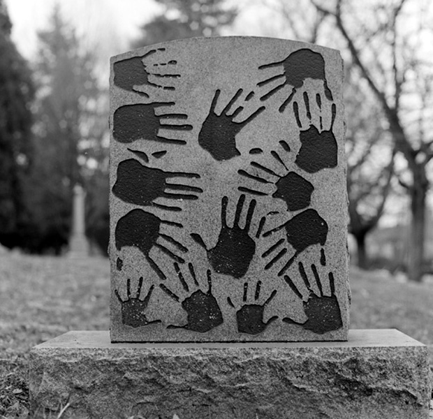 Памятник с отпечатками ладоней