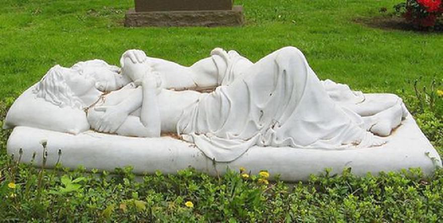 Памятник с лежащими возлюбленными width=