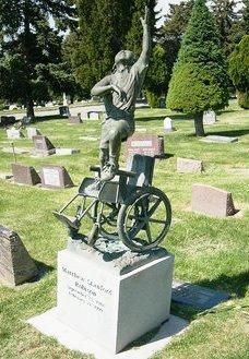Памятник ребенку, мальчику инвалиду-колясочнику