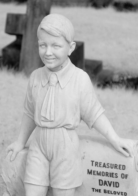 Памятник в виде скульптуры мальчика