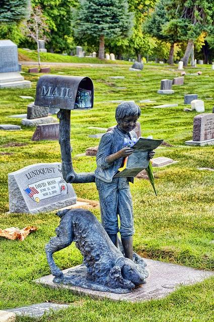 Памятник с почтовым ящиком