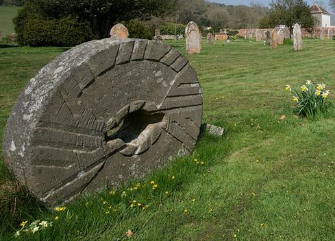 Памятник-жернов