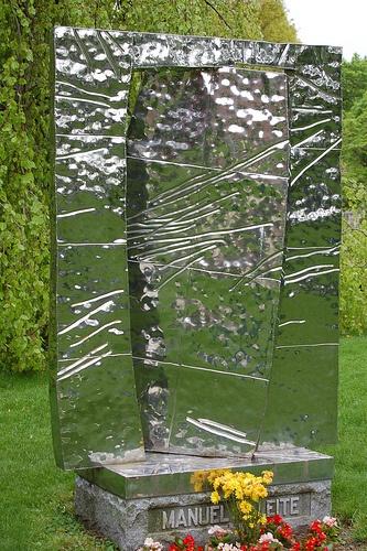 Абстрактный памятник из металла