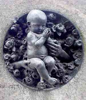 Памятник со скульптурой младенца