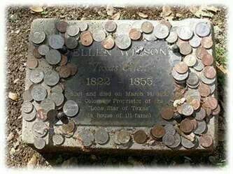 Памятник с монетками