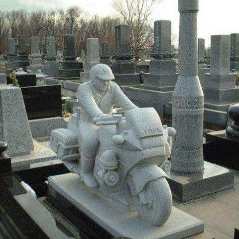Памятник в виде статуи гонщика